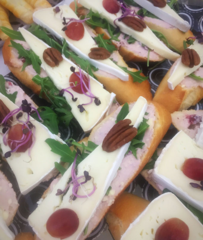 <html> Camembert-Brötchen mit Preiselbeercreme <br> © Alexandra Jarolim </br></html>