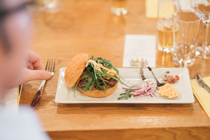 <html> Bacon Jam Burger mit Chili-Mayo zu Brauwerk Porter <br> © Martin Hörmandinger </br></html>