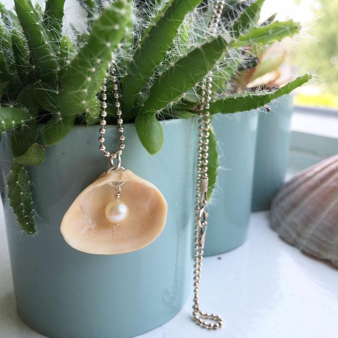 Hangertje van hollandse schelp met prachtparel aan korte zilveren bolletjes ketting
