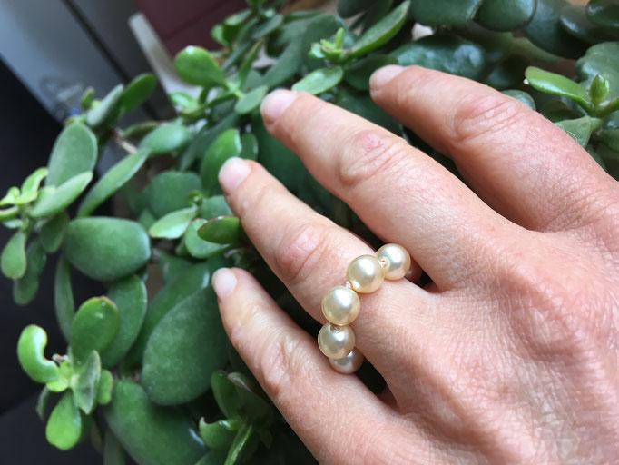 Ring van geknoopte parels met klassieke knooptechniek