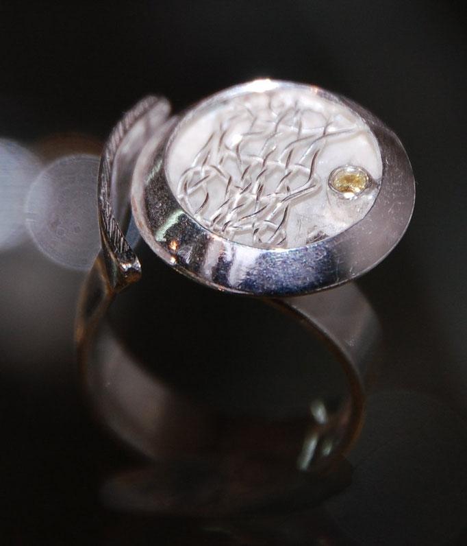 Ring mit geklöppeltem Einsatz mit und ohne Brilliant