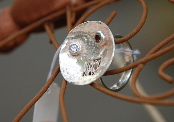 Ring mit Klöppeleinsatz und zwei Steinen, Aquamarin und Rubin.