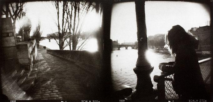 """Paris, Pont des Arts, 2008, tirage au charbon, bichromie, atelier Fresson, format image 50 × 25 cm,  1/5, © Annick Maroussy. Image sélectionnée aux Photographies de l'année 2008, catégorie """"Voyage""""."""