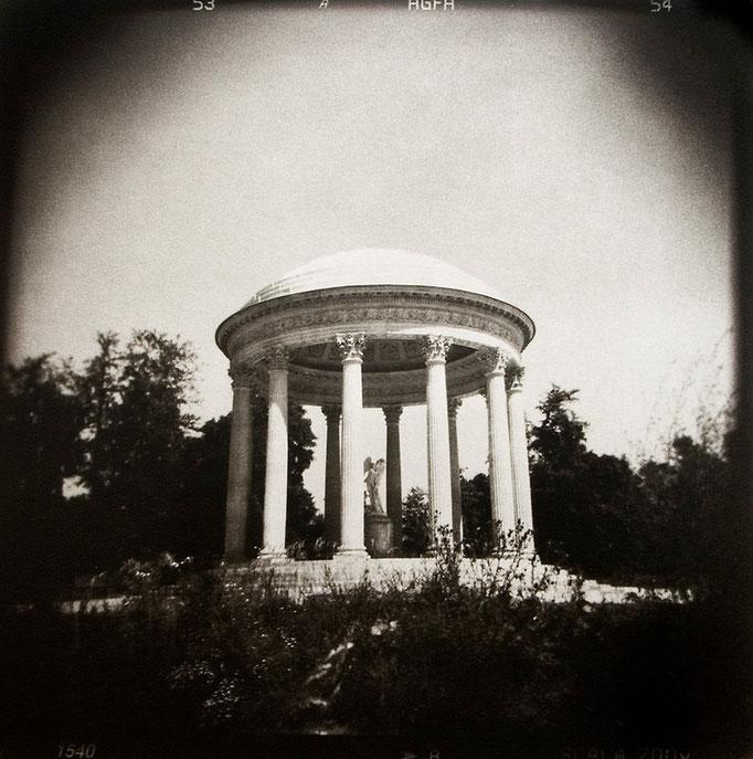 Versailles, Temple de l'Amour, 2008, tirage au charbon, bichromie, atelier Fresson, © Annick Maroussy