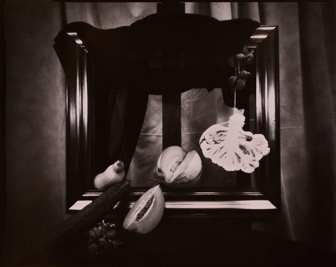 """""""Nature silencieuse au melon"""", Sténopé, Positif direct sur Imago, Révélation Caffenol, Épreuve unique, 4x5 inches, encadrement 30x30cm, 1/1, 2015, ©Annick Maroussy Amy"""