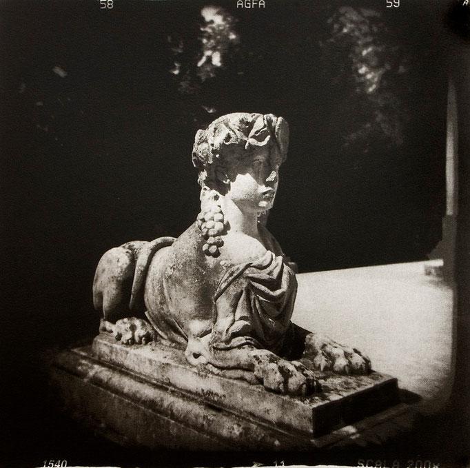 Sphinge à Trianon, 2008, tirage au charbon, bichromie, atelier Fresson, © Annick Maroussy