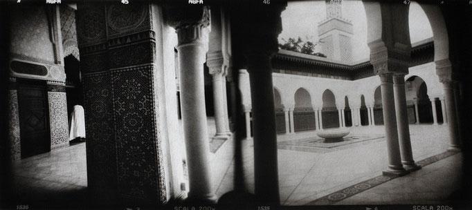 Paris Grande Mosquée, 2008, tirage au charbon, bichromie, atelier Fresson, format image 50 × 25 cm,  1/5, © Annick Maroussy