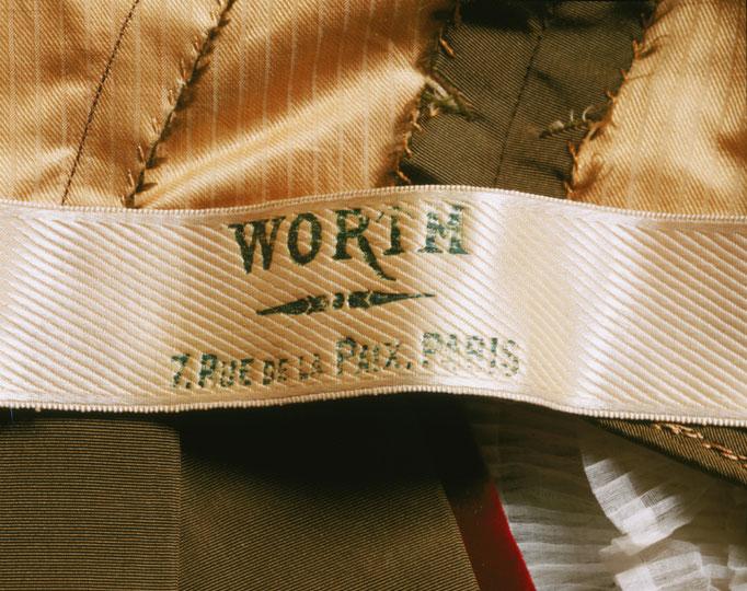 Etiqueta utilizada por Worth en sus prendas. Comienza así la era de la marca