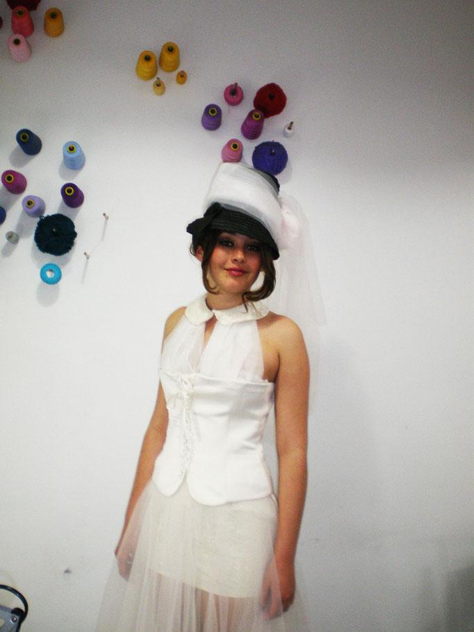 primer plano corset y sombrero