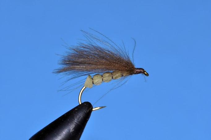 Mladen Sedge   amo: # 8; filo di montaggio: brown; corpo: gomma verde usata per fare suole delle scarpe; ala: 3 piume di CDC montate orizzontalmente