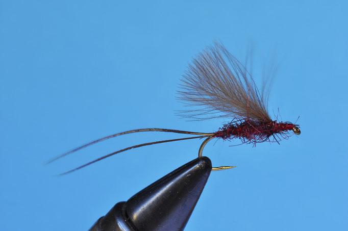 NC Rhitro   amo: #8; filo di montaggio: rosso; Ccode: 2 fibre della coda del fagiano maschio montate lunghe; corpo: pelo di foca wild-prune; ali: due piume di CDC montate verticalmente all'indietro
