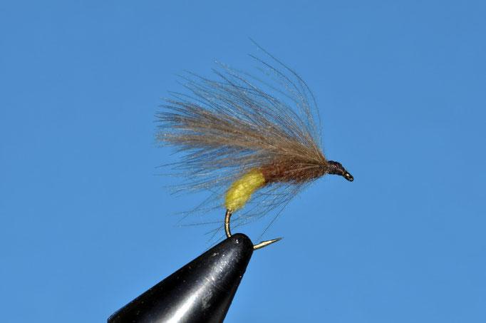 NC Volt Sedge amo: grub #10; filo di montaggio: brown; corpo: metà posteriore fly rite yellow e metà anteriore rusty brown; ala: 3 piume di CDC montate orizzontalmente