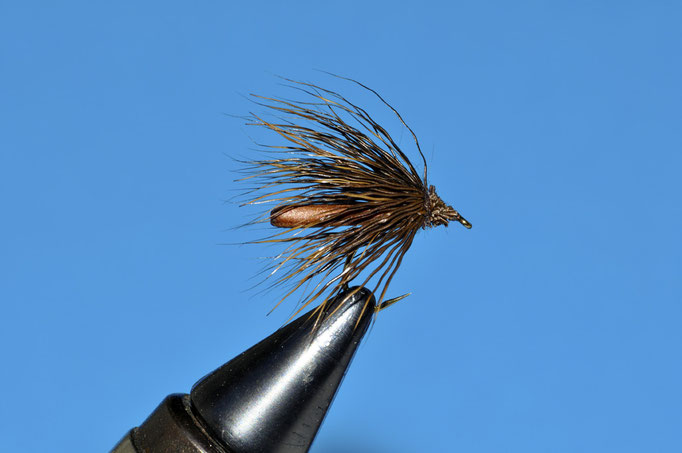 NC Deer Sedge   amo: grub #12; filo di montaggio: brown; corpo: foam brown; ali: cervo tinto dark brown.