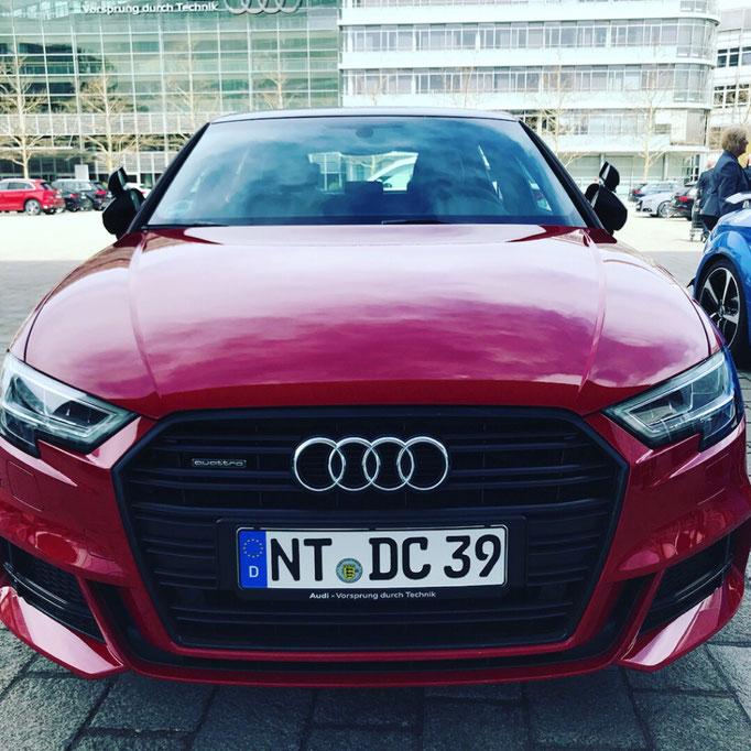 DC Fahrschule: Das neue Fahrschulauto ist da. Audi A3 Sportsback. Der Fahrlehrer freut sich. Bild 2