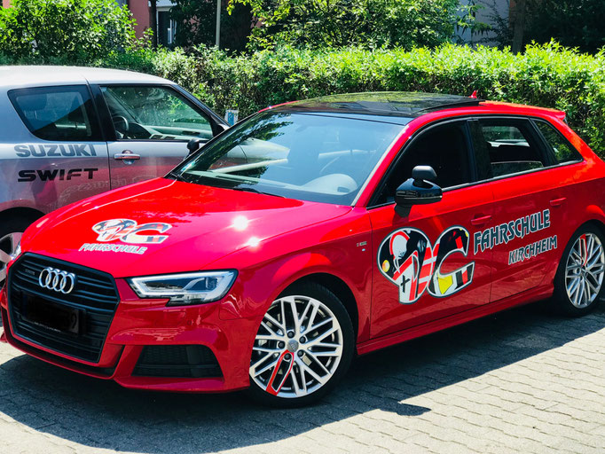 DC Fahrschule: Das neue Fahrschulauto ist da. Audi A3 Sportsback. Der Fahrlehrer freut sich. Bild 1