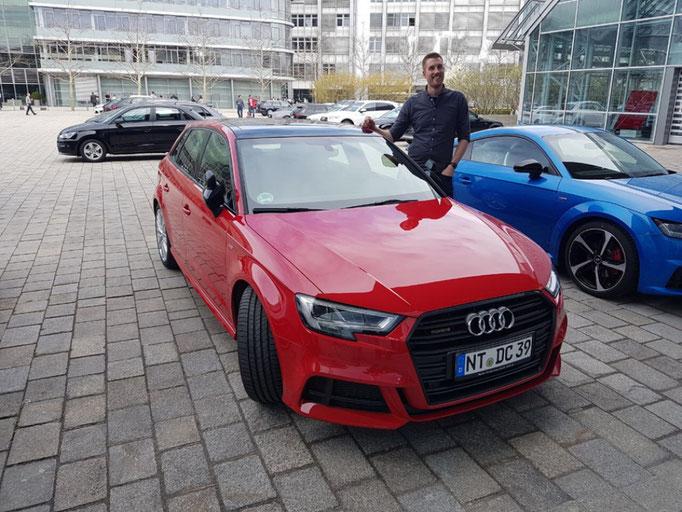 DC Fahrschule: Das neue Fahrschulauto ist da. Audi A3 Sportsback. Der Fahrlehrer freut sich. Bild 3