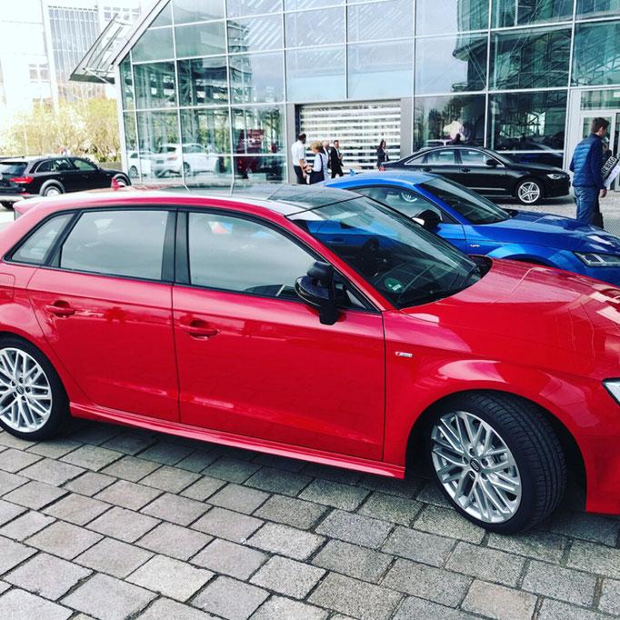 DC Fahrschule: Das neue Fahrschulauto ist da. Audi A3 Sportsback. Der Fahrlehrer freut sich. Bild 4