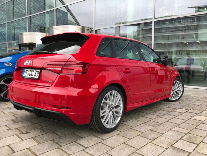 DC Fahrschule: Das neue Fahrschulauto ist da. Audi A3 Sportsback. Der Fahrlehrer freut sich. Bild 6