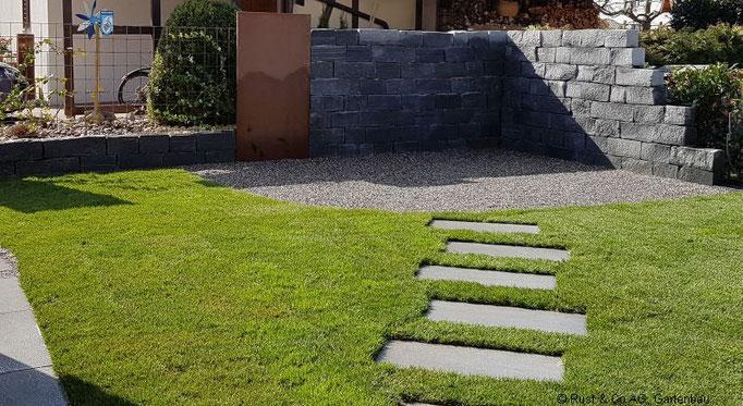 Keramik Schrittplatten führen zum Sitzplatz.