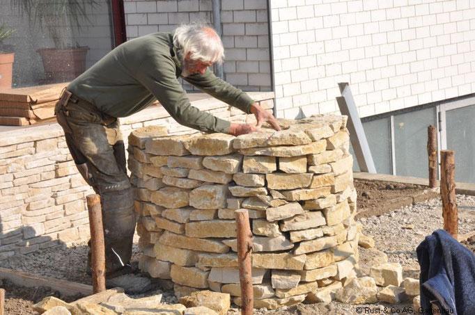 Eine Kräuterschnecke aus Jura-Kalkstein. Reine Handarbeit.