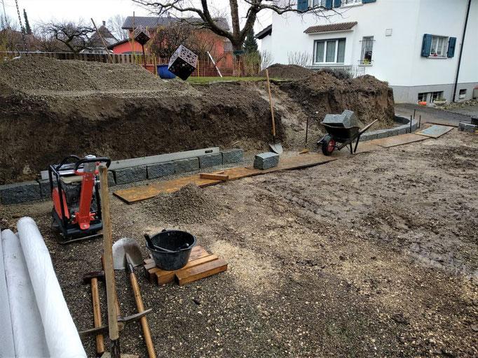 Die erste Lage bei einer Trockensteinmauer ist das wichtigste.