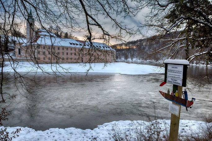 Kloster Weltenburg von der anderen Uferseite der Donau.