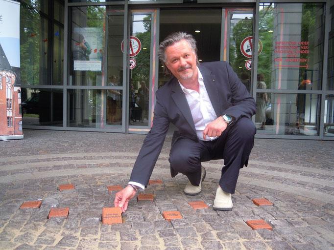 Thorsten Brachler mit dem Spendenstein für den Lions-Club, Berlin-Wannsee