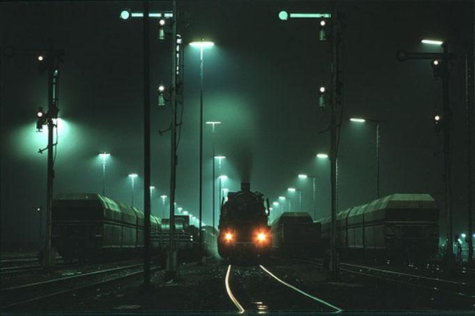 Dampf im Neonlicht, Salzgitter-Beddingen, 1975  I  Copyright by Stiftung Eisenbahn Archiv Braunschweig