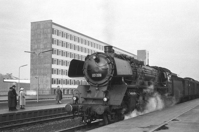 Lok der Baureihe 03 im neuen Braunschweiger Hbf., nach 1960  I  Copyright by Stiftung Eisenbahn Archiv Braunschweig