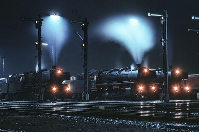 Drei Güterzüge vor der Fahrt in die Nacht, Salzgitter-Beddingen, 1975  I  Copyright by Stiftung Eisenbahn Archiv Braunschweig