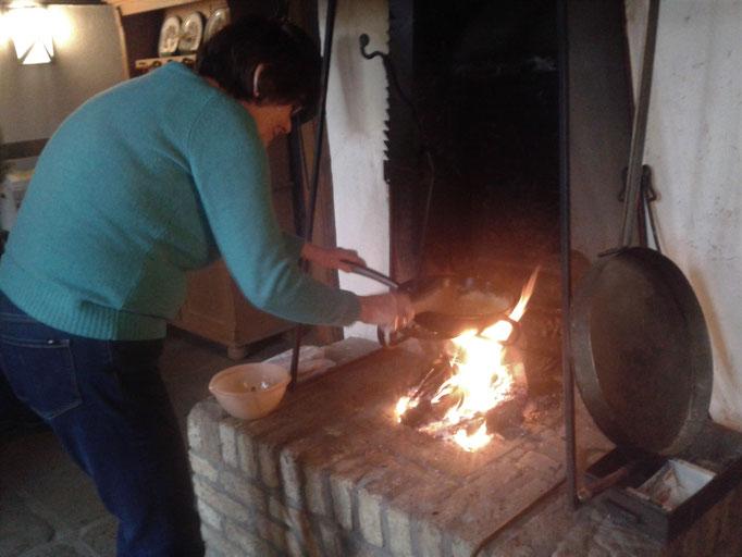 Rührei aus der Pfanne über dem Kaminfeuer
