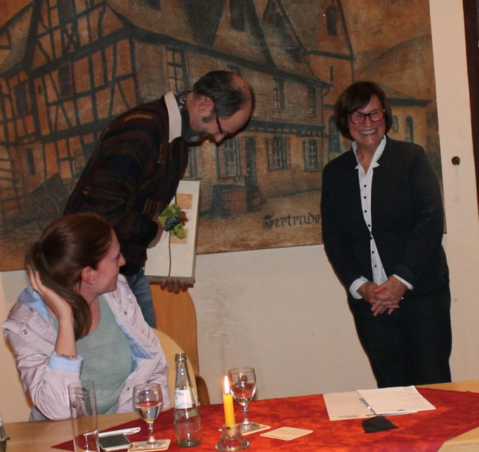 """Guido Emmel bedankte sich auch für das Engagement in Hammerstein, denn die Weinmajestäten haben 2011 """"ihr Hoheitsgebiet"""" um Hammerstein erweitert."""