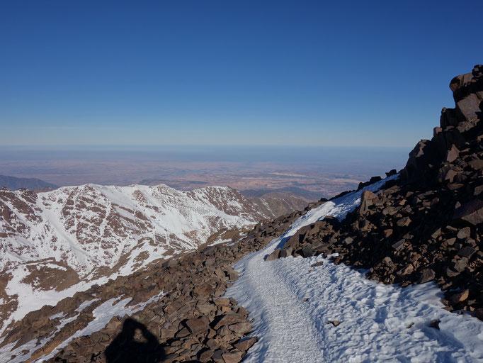Der Weg oberhalb der Scharte der einen noch ein letztes Mal um den Berg herum führt.