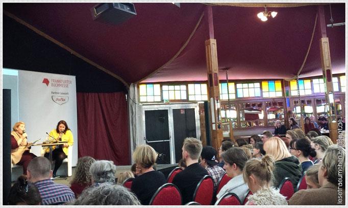 Britta Sabbag und Maite Kelly bei der Lesung von Die kleine Hummel Bommel im Lesezelt, 17.10.2015