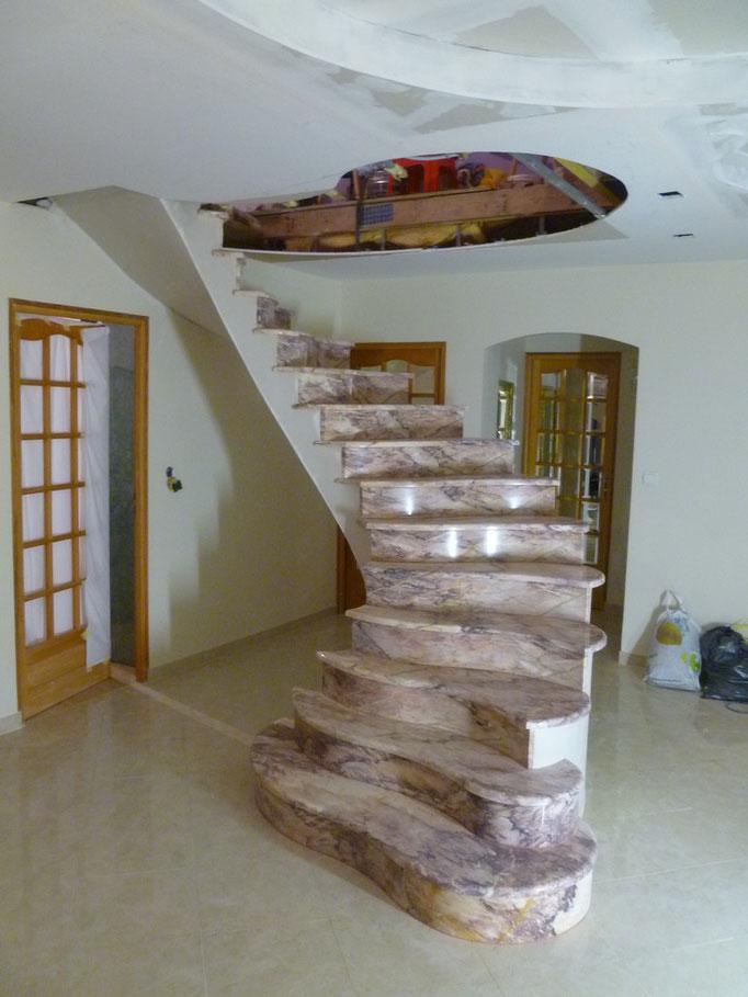 rénovation escalier en marbre rose des Pyrénées totalement dans le vide