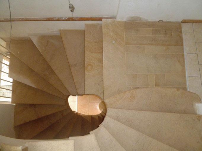 Escaliers sur deux étages avec palier intermédiaire en pierre de Beaunotte