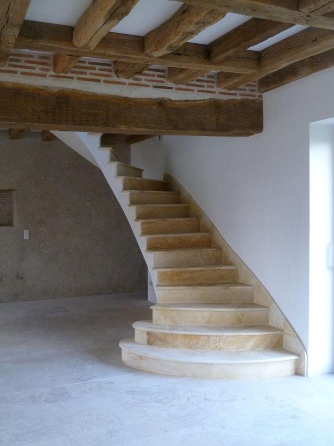 vieille maison en rénovation escalier en pierre de La Celle