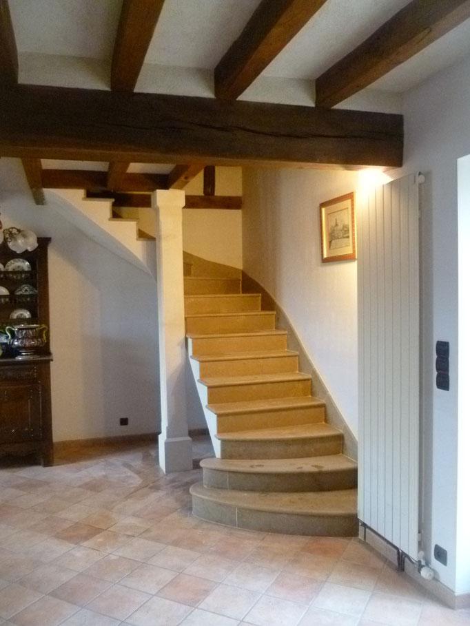 maison en rnovation pierre de Bourgogne et poteau en pierre combe brune