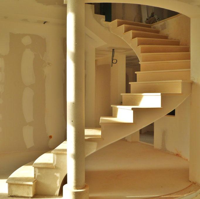 Escalier en arrondi 10 marches dans la vide manque rampe