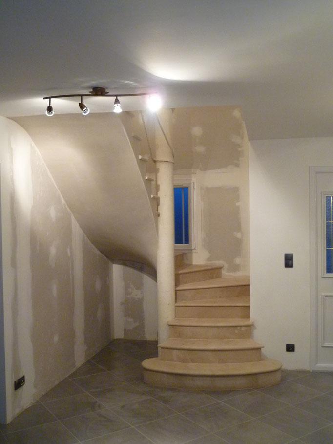 maison neuve escalier avec poteau