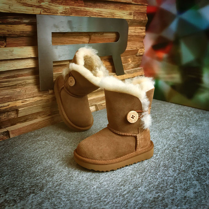 468 33 76 001 - UGG Bailey Button - €159,00