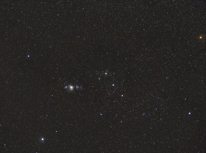 Winterwidefield. Sternbild Orion. Zu sehen der Orionnebel und der Flammennebel, sowie der Pferdekopfnebel. Rechts oben der helle orange Stern ist Beutegeize