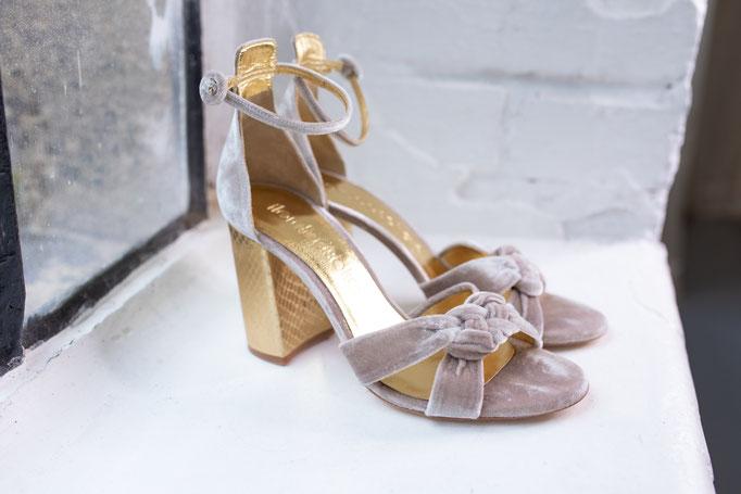 Brautschuhe aus echtem Leder in Samtoptik und Knoten, goldene Details.