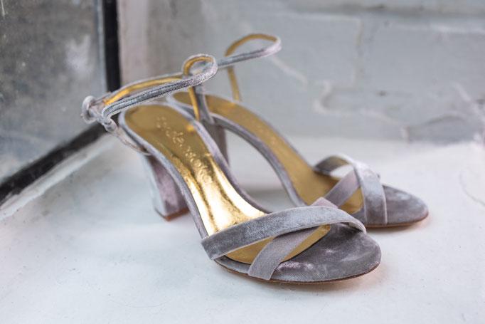 Brautschuhe aus echtem Leder in Samtoptik und goldenen Riemchen, Grau.