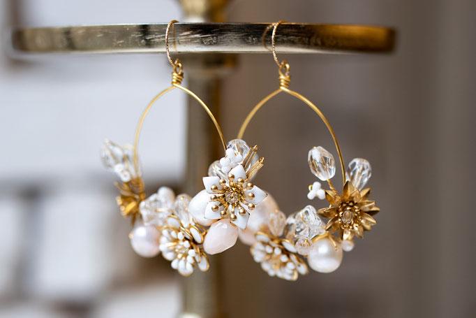 Statement Ohrhänger in 14K Gold Filled mit Glassteinen, Süßwasserperlen und Blüten.