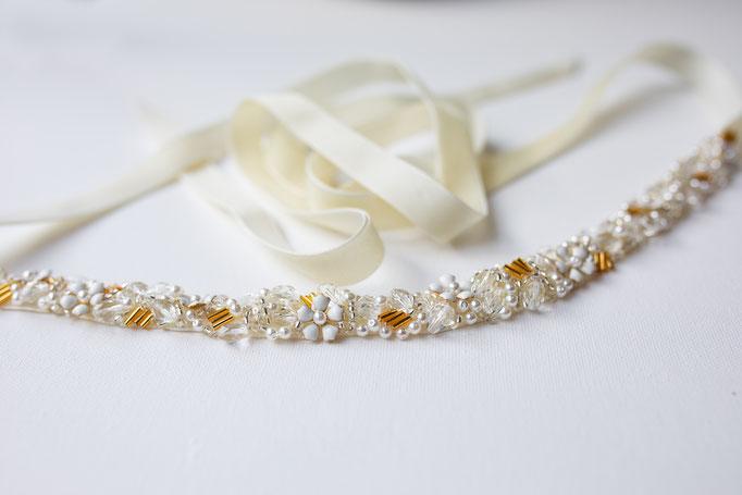 Brautgürtel oder Haarband in Ivory mit aufgenähten Blüten und Perlen