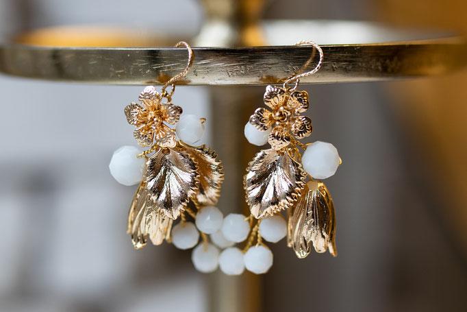 Ohrhänger mit Blüten und Mondsteinen.