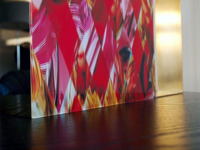 OB11.003 | 52.5 x 35 x 7 cm | Fotocollage zweiseitig hinter Acrylglas | Acrylkern | Messing poliert | Unikat