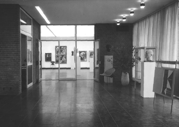 Die erste Ausstellung 1957 mit Porträtbildern verschiedener Künstler