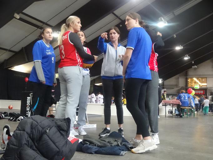 STV Luzern Basket Damen-Verantwortliche Jelena Morgan instruiert die 2. Schicht